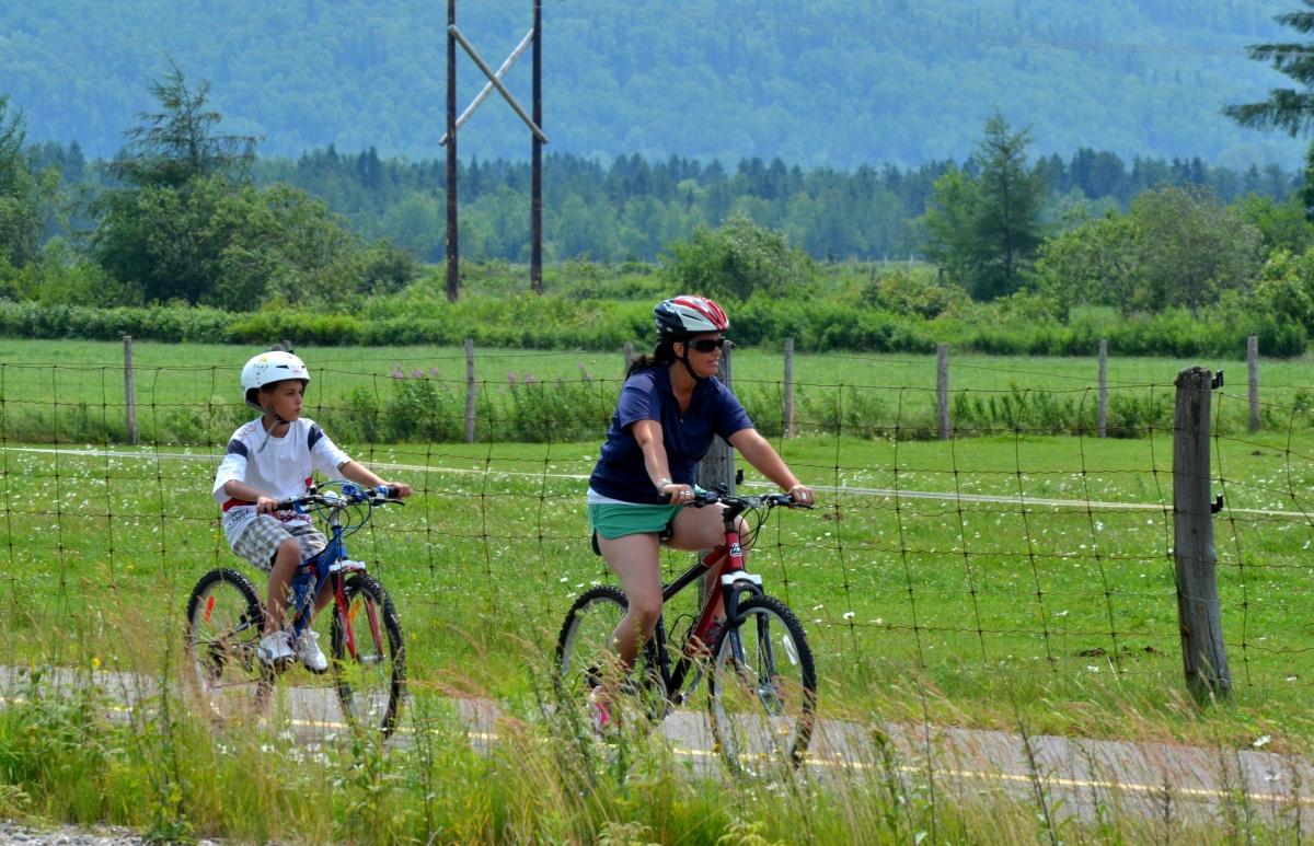 Une femme et un enfant à vélo sur la piste cyclable de Sacré-Coeur